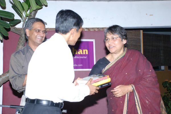 Dr Evita Fernandez giving a memento to Dr Jayaprakash Narayan